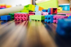 Laag Hoekweergeven bij de Kubusbaksteenconstructie Toy On The Floor royalty-vrije stock fotografie