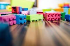 Laag Hoekweergeven bij de Kubusbaksteenconstructie Toy On The Floor stock afbeeldingen