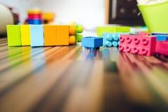 Laag Hoekweergeven bij de Kubusbaksteenconstructie Toy On The Floor royalty-vrije stock afbeeldingen