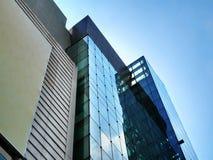 Laag Hoekweergeven van de Moderne Bouw met de Buitenkant van Glasvensters royalty-vrije stock afbeeldingen