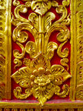 Laag hulpbeeldhouwwerk in Boeddhistische tempels Thailand Stock Foto