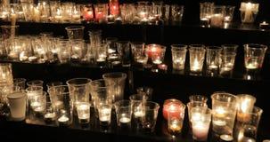 Laag licht omringend schot van kaarsen die omhoog echte kerk aansteken tijdens Nacht van kerkengebeurtenis stock video