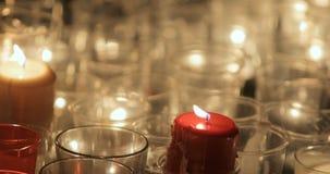 Laag licht omringend schot van kaarsen die omhoog echte kerk aansteken tijdens Nacht van kerkengebeurtenis stock footage