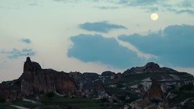 Laag licht rotsachtig ongelijk terrein met de maan en een Turkse vlag stock footage