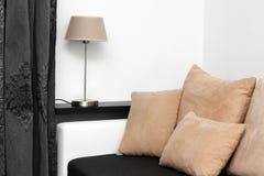 Laag met hoofdkussens en lamp op de plank royalty-vrije stock afbeelding