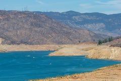 Laag reservoir tijdens de droogte van Californië stock afbeelding