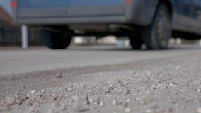Laag schot van de weg en de blauwe bestelwagen die langs drijft stock footage