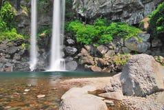 Laag schot van majestueuze waterval stock foto's
