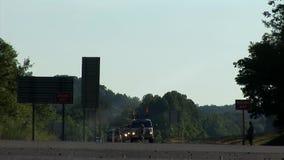 Laag schot van verkeersvoertuigen die door het kruispunt drijven stock videobeelden