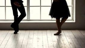Laag sectiepaar die in balletstudio uitoefenen stock video