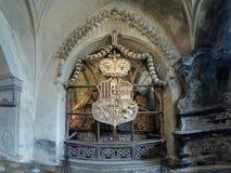 Laag-van-wapens die met beenderen in ossuarium Sedlec worden gemaakt Stock Afbeeldingen