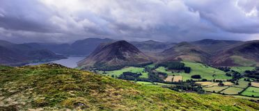 Laag viel over Loweswater fells Stock Fotografie