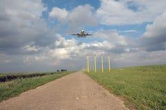 Laag vliegend vliegtuig stock foto