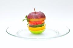 Laag vruchten die op een plaat wordt geïsoleerdI Royalty-vrije Stock Foto's
