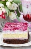 Laagcake met roze suikerglazuur Kop van aardbeimilkshake Stock Foto's
