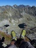 Laarzen in de rotsachtige pieken van Tatras en groene vallei van Tatra-bergen in Slowaak stock afbeeldingen