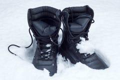 Laarzen in de sneeuw royalty-vrije stock afbeelding