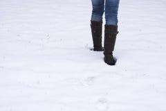 Laarzen die door sneeuw ploeteren Stock Fotografie