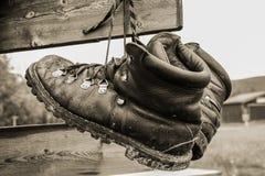 Laarzen die het hangen op tekenpost drogen Stock Foto