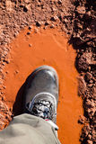 Laarzen in een modderige vulklei Stock Foto