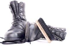 Laarzen en borstel op wit Stock Afbeeldingen