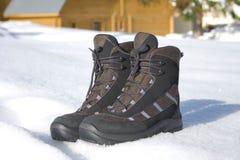 Laarzen op sneeuw stock afbeelding