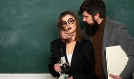 Laat Besprekingsgeslacht Paar van de mens en vrouw in klaslokaal E Romaans bureau Les en seksuele opvoeding in hoogte royalty-vrije stock afbeeldingen