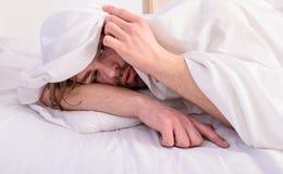 Laat comfortabel uw lichaam voelen Mens ongeschoren knap het ontspannen bed Mensen slaperig slaperig ongeschoren gebaard die gezi royalty-vrije stock foto's