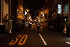 Laat - de Mening van de nachtstraat in Osaka stock afbeelding