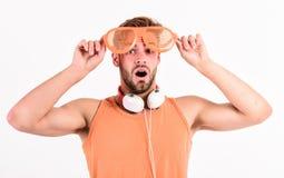 Laat de muziek spreken Nieuwe technologie in het moderne leven de sexy spiermens luistert muziek de mens luistert nieuw geïsoleer stock fotografie