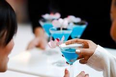 Laat de partij blauwe cocktail van ` s stock afbeelding