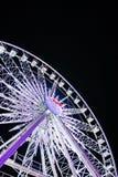 Laat - de scène van nachtcarnaval met ferriswiel royalty-vrije stock fotografie