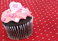 Laat de Valentijnskaart Cupcake van de Kus Stock Afbeelding