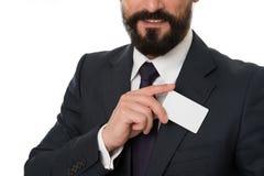 Laat me introduceren Voel vrij om me te contacteren Zakenman het glimlachen greep plastic lege witte kaart De zakenman draagt royalty-vrije stock afbeeldingen