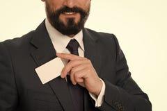 Laat me introduceren Voel vrij om me te contacteren Zakenman het glimlachen greep plastic lege witte kaart De zakenman draagt royalty-vrije stock fotografie