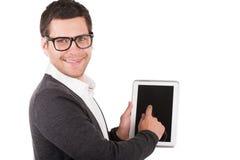 Laat me u alle eigenschappen van dit gadget tonen! Vrolijke jonge mens die een digitale tablet houden en het richten terwijl het s Stock Fotografie