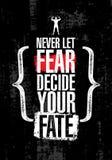 Laat nooit Vrees Uw Lot beslissen Inspirerend Training en van de Geschiktheidsgymnastiek Motivatiecitaat Creatieve Vectortypograf Stock Afbeeldingen