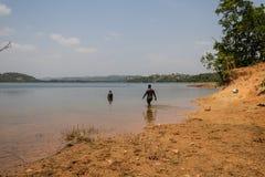 Laat ` s gaan zwemmend onder de Afrikaanse zon royalty-vrije stock afbeelding