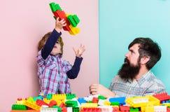 Laat Vlieg Creatieve jongen de bouwvliegtuig met kleurrijke aannemer Liefde Kindontwikkeling vader en zoonsspelspel royalty-vrije stock foto