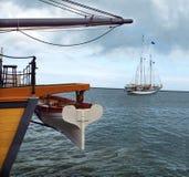 Laatste Afscheid. Twee varende schepen verlaten elkaar Stock Foto's