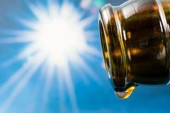 Laatste daling van een lege bierfles stock foto