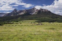 Laatste Dollarboerderij en San Juan Mountains, Hastings Mesa, Ridgway, Colorado, de V.S. royalty-vrije stock afbeelding