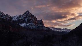 Laatste Licht op de Bewaker Tower in Zion National Park, Utah stock footage