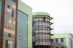 Laatste zinsnede van bouw van de moderne bouw - de verglazing van de glasvoorgevel met spiegelglas stock foto's