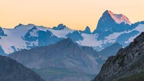 Laatste zonlicht op majestueuze bergpiek Royalty-vrije Stock Foto's