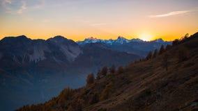 Laatste zonlicht op majestueuze bergpiek Stock Foto's