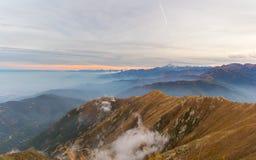 Laatste zonlicht op majestueuze bergpiek Stock Afbeeldingen