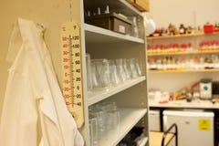 Lab żakiet wiesza w laboratorium naukowe technicznym sklepie obraz stock