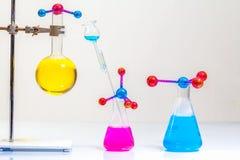 Lab eksperymentów molekuły struktura z chemiczną eksperyment tubką zdjęcia royalty free
