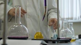 Lab technik robi eksperymentowi w lab Męski medyczny lub naukowy laborancki badacz wykonuje testy z błękitnym cieczem obrazy royalty free